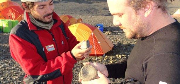 Científicos chilenos descubren tesoro paleontológico en la Antártica Joaquin_bastias_y_alexander_vargas