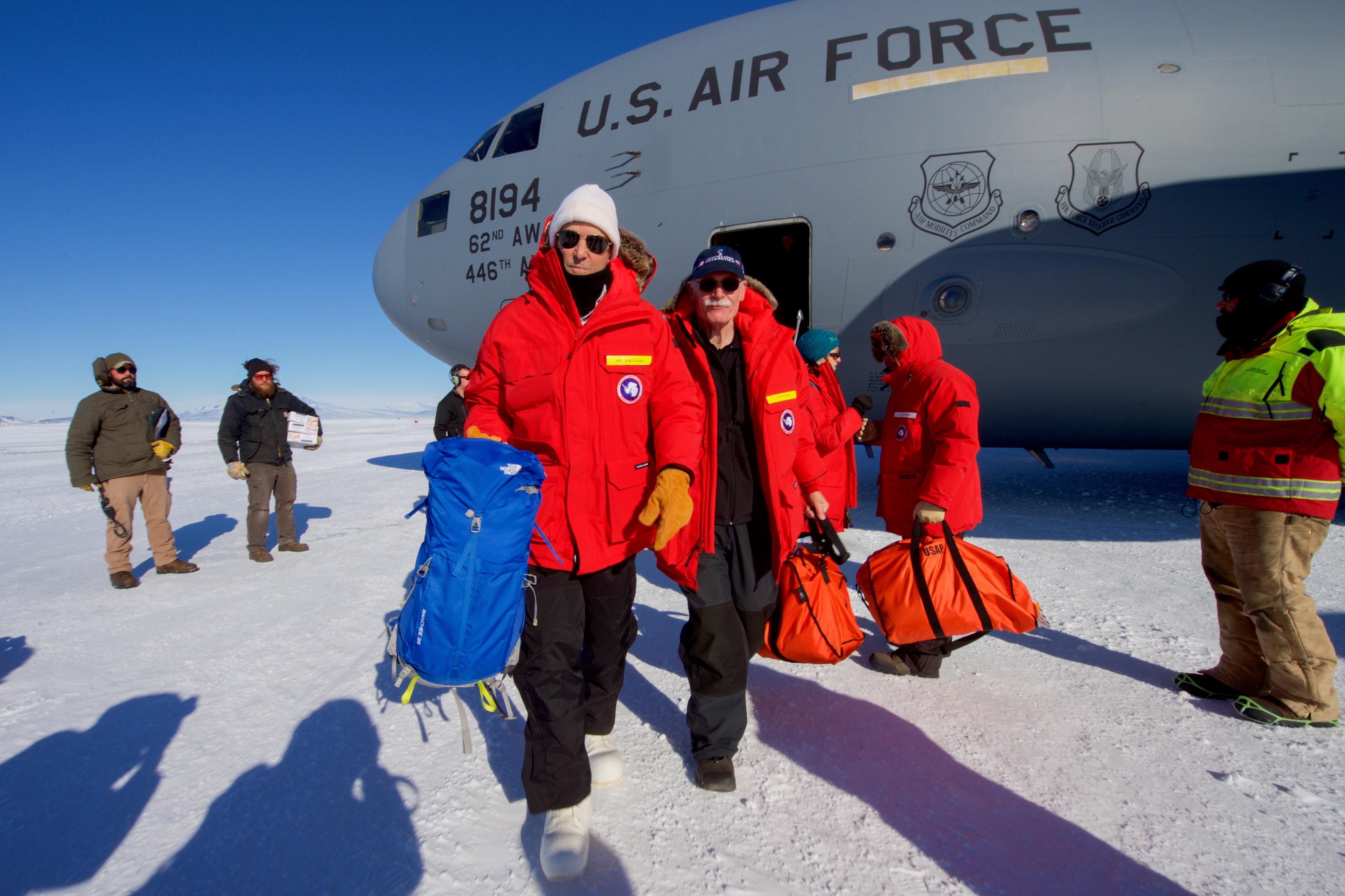 Resultado de imagen para personalidades visitan la antartida kerry kiril astronauta