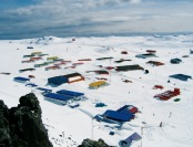 """La nueva y extrema sucursal de CajaVecina de BancoEstado, funcionará en la Base """"Profesor Julio Escudero"""", en isla Rey Jorge, en Villa Las Estrellas en el territorio antártico chileno. Foto INACH."""